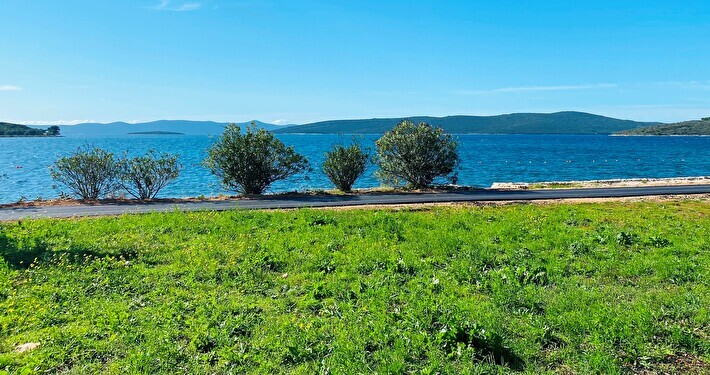 Building plot of 683 m2 in exceptional location in the first row by the sea - Muline, island of Ugljan